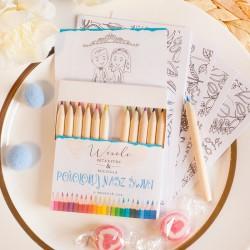 Pudełko kredek, na pudełku widnieje etykieta z kolorową grafiką oraz imionami Pary Młodej.