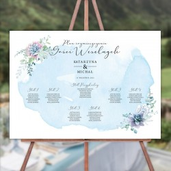 Ślubny plan stołów na sztaludze. Grafika ma błękitny akwarelowy kolor. Motyw sukulentów to najmodniejszy motyw sezonu ślubnego.