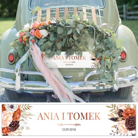 Biała tablica rejestracyjna z imionami nowożeńców, do powieszenia na auto ślubne. grafika pomarańczowych i bordowych kwiatów.