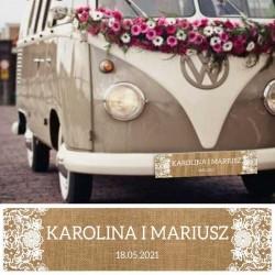 Tablica rejestracyjna na ślubny samochód. Tło imitujące naturalną jutę, imiona Pary Młodej zapisane białą czcionką.