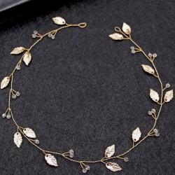 OPASKA ślubna do włosów dla Panny Młodej Naomi. Dekorowana przezroczystymi kryształkami i listkami w kolorze złotym.