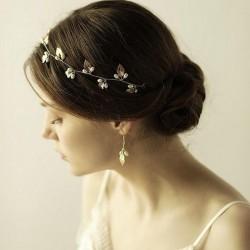 OPASKA ślubna do włosów dla Panny Młodej Lea. Opaska ślubna w złotym kolorze dekorowana białymi perełkami.