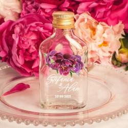 Personalizowana buteleczka na alkohol z piękną dekoracją i imionami Pary Młodej. Oryginalny pomysł na prezent dla weselników.