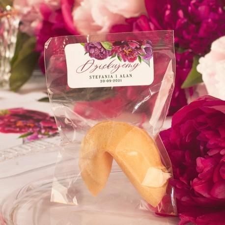 CIASTECZKO dla gości z wróżbą, zapakowane w transparentny woreczek. Ciasteczko szczęścia posiada personalizowaną etykietę.