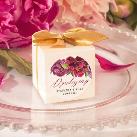 Pudełeczka na słodkie upominki dla gości z kokardką i etykietką. Personalizowane prezenciki dla weselników.