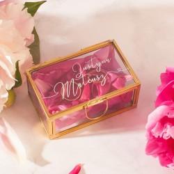 SZKATUŁKA szklana na obrączki ślubna z imionami Pary Młodej. W środku ma mech, na którym można ułożyć obrączki.