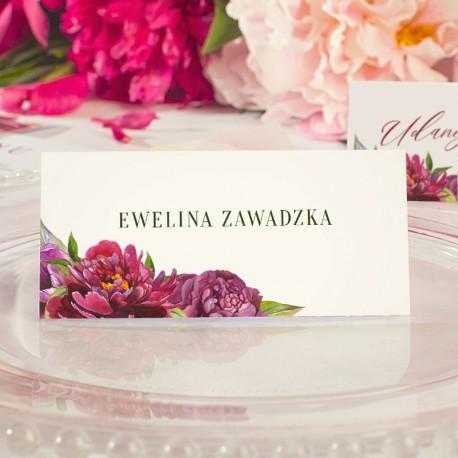 Winietki z imionami gości i kwiatowym wzorem kwiatów piwonii.