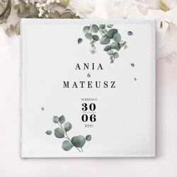 ALBUM ślubny na zdjęcia prezent dla nowożeńców. Biała okładka zdobiona gałązkami eukaliptusa oraz imionami Pary Młodej.