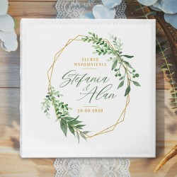 ALBUM ślubny na zdjęcia prezent dla Pary Młodej. Okładka z imionami Pary Młodej oraz zielonymi gałązkami i geometrycznym wzorem.