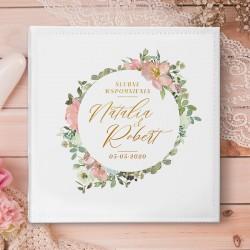 ALBUM ślubny na zdjęcia prezent dla Pary Młodej. Okładkę zdobi wianek z kwiatów, w którym są imiona Pary Młodej.