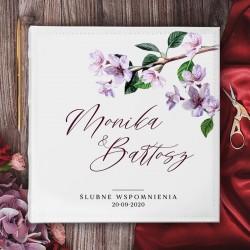 ALBUM ślubny na zdjęcia prezent dla Pary Młodej. Biała okładka z kwiatową grafiką i imionami Pary Młodej.