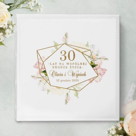 Prezent na rocznicę ślubu - biały album na zdjęcia z pożycia małżeńskiego. Piękna grafika kwiatowa w różowym kolorze na okładce.