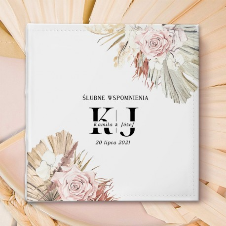Prezent dla Pary młodej - album ślubny na zdjęcia w białek okładce z ich imionami. Dekorowany grafiką w pastelowe kwiaty.
