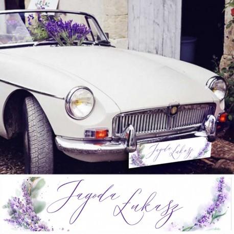 Tablica rejestracyjna na ślubne auto. Białe tło zdobione gałązkami lawendy oraz imionami Pary Młodej.