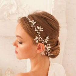 OPASKA ślubna do włosów dla Panny Młodej Lilou. Zdobiona kryształkami i perełkami, dekorowana biała tasiemką.