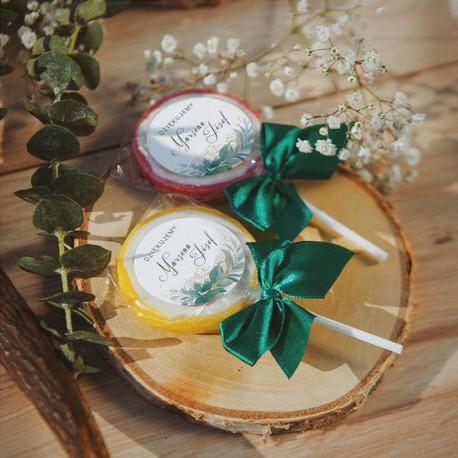 LIZAKI podziękowanie dla gości weselnych. Zdobione etykietami z zielonymi gałązkami i imionami Pary Młodej.