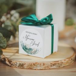 PUDEŁECZKA KWADRAT dla gości weselnych. Białe pudełeczko z etykietą z listkami i imionami Pary Młodej.