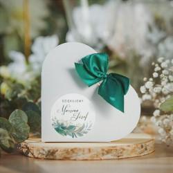 PUDEŁECZKA SERCA upominek dla gości weselnych. Białe pudełeczka w kształcie serca. Etykieta z grafiką gałązek i imionami Pary Mł