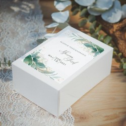 PUDEŁKA na ciasto dla gości weselnych. Białe prostokątne pudełko. Etykieta z imionami Pary Młodej i zielonymi gałązkami.