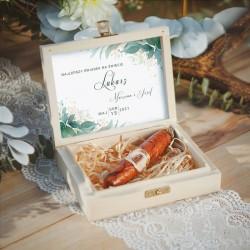 PREZENT dla Świadka w drewnianym pudełku. W środku czekoladowe cygaro, etykieta z zielonymi listkami.