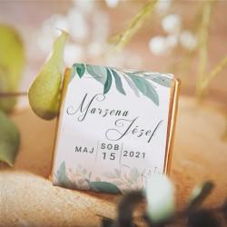 CZEKOLADKA ślubna dla gości z motywem roślinnym. Zielone listki i imiona na etykiecie. Czekoladka z złotym papierku.