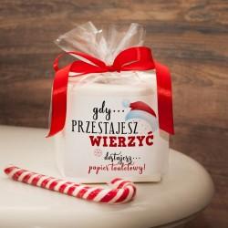 PAPIER Toaletowy Zabawny Prezent Świąteczny. Zapakowany w celofan z czerwoną kokardą i zabawnym napisem.