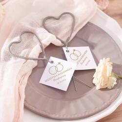 Upominek i atrakcja na wesele w postaci zimnych ogni w kształcie serca. Nowoczesna grafika pochodzi z kolekcji Obrączki.