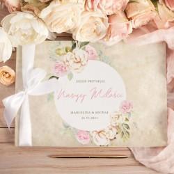 KSIĘGA GOŚCI weselnych. Okładka w stylu vintage. Pastelowe kwiaty otaczają imiona Pary Młodej.