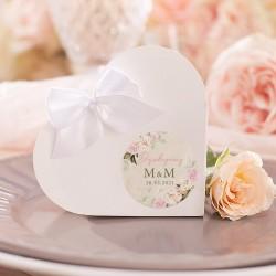 PUDEŁECZKA SERCA dla gości weselnych. Pudełeczko przewiązane białą kokardką. Etykieta z grafiką w kwiaty i datą ślubu.