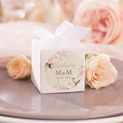 PUDEŁECZKA kwadrat dla gości. Białe pudełeczko z etykietą z inicjałami i datą ślubu. Przewiązana biała kokardka.