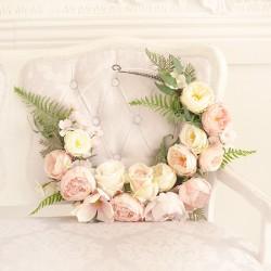 OBRĘCZ dekoracyjna złota. Dekorowana liśćmi paproci oraz dzikimi różami w kremowym i jasnoróżowym kolorze.
