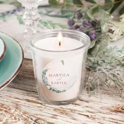 Podziękowanie dla gości weselnych w postaci personalizowanej świeczki zapachowej. Upominek zdobi grafika z kolekcji Magiczna.