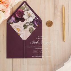 Zaproszenie ślubne akrylowe z tekstem zapisanym białą czcionką. Purpurowa koperta z wklejką w kwiaty.