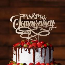 Topper ślubny na tort weselny. Drewniany kontur na tort ze znakiem nieskończoności. Napis Mr & Mrs i nazwisko nowożeńców.