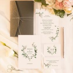 Zaproszenia ślubne z ciemną kopertą przewiązaną srebrnym sznureczkiem. Dwustronne zaproszenie z motywem gałązek z liliami.