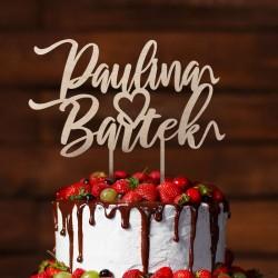 Topper na tort weselny z imionami Pary Młodej. Kolor naturalnego drewna. Imiona zdobione pustym serduszkiem.