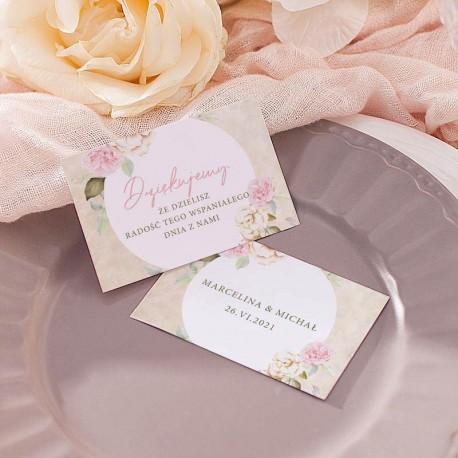 Bilecik dla gości weselnych z motywem dzikich róż. Kwiaty jasnoróżowe i białe. Imiona Pary Młodej na odwrocie bilecika.