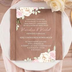 Zaproszenie ślubne na akrylowej, przezroczystej tabliczce. Biała czcionka i rogi zaproszenia dekorowane kwiatami dzikiej róży.