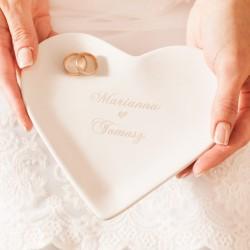Białe serce ceramiczne z imionami Pary Młodej. Podstawka pod obrączki z grawerem.