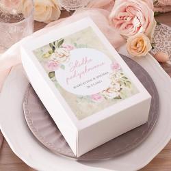 Pudełka prostokątne białe na ciasto dla gości weselnych. Etykieta samoprzylepna w dzikie róże na tle imitującym pergamin.