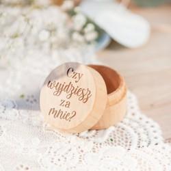 """Drewniane okrągłe pudełeczko z wieczkiem. Na wieczku widnieje pytanie """"Czy wyjdziesz za mnie?"""". Pudełko na zaręczyny."""