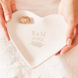 Talerzyk pod obrączki z inicjałami Pary Młodej. Podstawka ceramiczna w kształcie białego serca. Dekoracja na ślub.