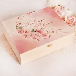 """Nadruk na dużą skrzynię z zestawem dla rodziców. Grafika z różowymi dzikimi różami i płatkami róż. Napis """"kochani Rodzice""""."""