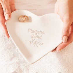Talerzyk pod obrączki w kształcie serca. Imiona Pary Młodej nad gałązką z listkami.