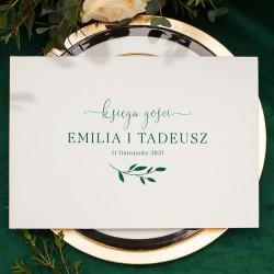 Księga gości weselnych w białym kolorze z grafiką w odcieniu butelkowej zieleni. Pomysłowa atrakcja na wesele dla gości.