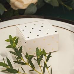 Pudełeczka w białym kolorze, posiada złote zdobienie w postaci serduszek. Wyjątkowe podziękowanie dla gości weselnych.