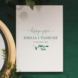 Personalizowana księga gości w białym kolorze. Posiada grafikę w kolorze butelkowej zieleni.