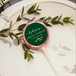 Podziękowanie dla gości weselnych w postaci lizaków z ozdobnymi etykietami, z kolekcji Butelkowa Zieleń.