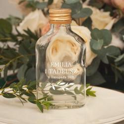 Szklana buteleczka na alkohol idealnie sprawdzi się jako miejsce na alkohol oraz pomysłowy prezent dla gości.