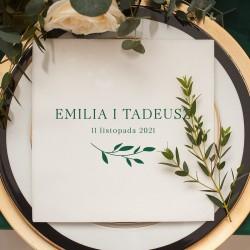 Serwetka flizelinowa z personalizacją to efektowna dekoracja weselnego stołu. Udekorowana motywem z kolekcji Butelkowa Zieleń.